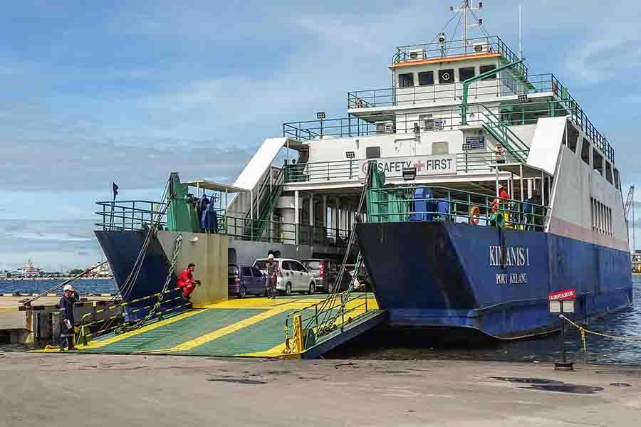 Roro ship loading vehicles